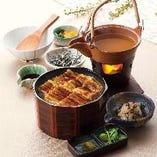 【穴子ひつまぶし御膳】一度に3種の味わいを楽しめる『ひつまぶし』。1膳目はそのまま茶碗によそって。2膳目は柚子こしょうと割り正油を少し加えて。3膳目は薬味、白身魚の昆布〆を入れ、土瓶の汁を加えてお茶漬けにしてお召し上がりください。穴子、海宝、あさりの3種類をご用意しております。