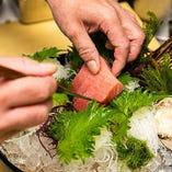仲買いのルーツを持つ確かな目利きと、魚介を知り尽くした職人の技が冴える鮮魚料理。ぜひ、当店にて旬の味をお楽しみください。