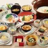 当店名物のとうふしゅうまいをはじめ、豆腐・湯葉・生麩料理も堪能いただける、季節替わりの懐石コースを各種ご用意しております。