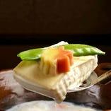 人気の湯豆腐は、鹿児島県垂水温泉の温泉水と豆乳で炊く事で、より滑らかな食感を味わう事ができます。