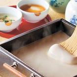 ふくふく豆腐 目の前でお鍋を温め、出来たてのお豆腐に特製の餡をかけでお召し上がりいただきます。