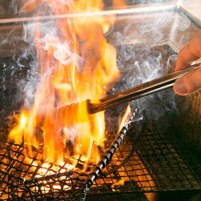 炭火で豪快に焼き上げた地鶏炭火焼き!柚子胡椒と一緒にどうぞ