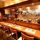 カウンター席 調理風景を眺めながらお食事を楽しめます。