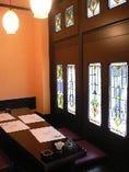 ステンドグラスのあしらいで女性に人気の2階個室