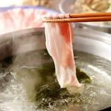 【2】鍋の中が沸騰したら、秀麗豚を入れてしゃぶしゃぶ