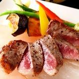 コース料理の牛ステーキの温野菜添え