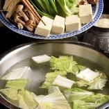 【3】昆布を採り出し、鍋の中に野菜を入れます。