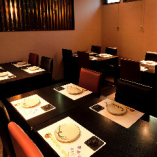 和と洋が織りなすシックな寛ぎ空間のテーブル席(最大18名様)