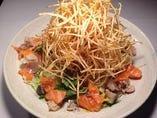 海鮮カリカリサラダ 880円  海鮮長州創業以来の人気メニュー!! 魚の短冊をちりばめたサラダにカリカリに揚げたじゃがいものせてます。