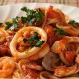 新鮮な魚介がたっぷり入り、濃縮された旨味を楽しめる「シーフードスパゲッティ」