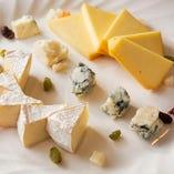 ワインのお供に最適な「3種のチーズ盛り合わせ」