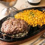 中から溢れ出す肉汁と特製ソースの旨味が絡み合う逸品「高級 特選和牛ハンバーグ」