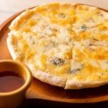 定番ピザの新メニュー!「4種のチーズ」で自慢のチーズを満喫