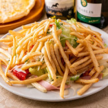 山盛りサラダに目一杯ポテトフライをトッピングした「トスカーナサラダ」