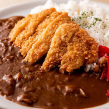 ランチ定番の人気商品「カツカレー」は、サクサク衣と肉の旨味を特製カレーソースと一緒に味わえる逸品