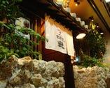 昔ながらの沖縄の石積で落ち着いた雰囲気の入り口