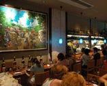 有名画家の絵画やレトロな泡盛が沖縄を感じさせます。