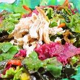 『蒸鶏と海藻のサラダ 青じそドレッシング ¥580』 海藻サラダ×青じそドレッシングの最強コンビ♪栄養満点♪
