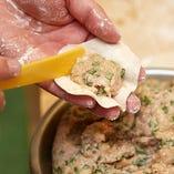 地元の食材を使用した手作り焼き餃子は必食メニューです