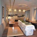 半立食個室は15名様~50名様までOK!両壁ぎわにソファーが常設させておりますので座りながらも会食が楽しめます。