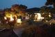 安らぎの日本庭園に佇む浜膳のエントランス。かがり火でお出迎え