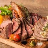 宴会を楽しむときはやっぱりお肉。当店名物『肉の盛り合わせ』