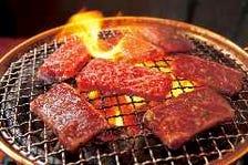 自慢の肉を・炭火で楽しむ!