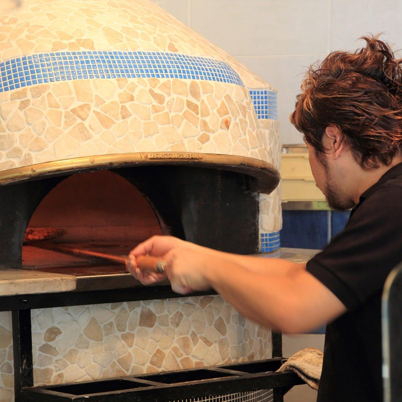 本格薪釜で焼き上げるピッツァは香ばしくてもちもち!ご堪能あれ