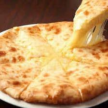 釜で焼く人気のチーズナン