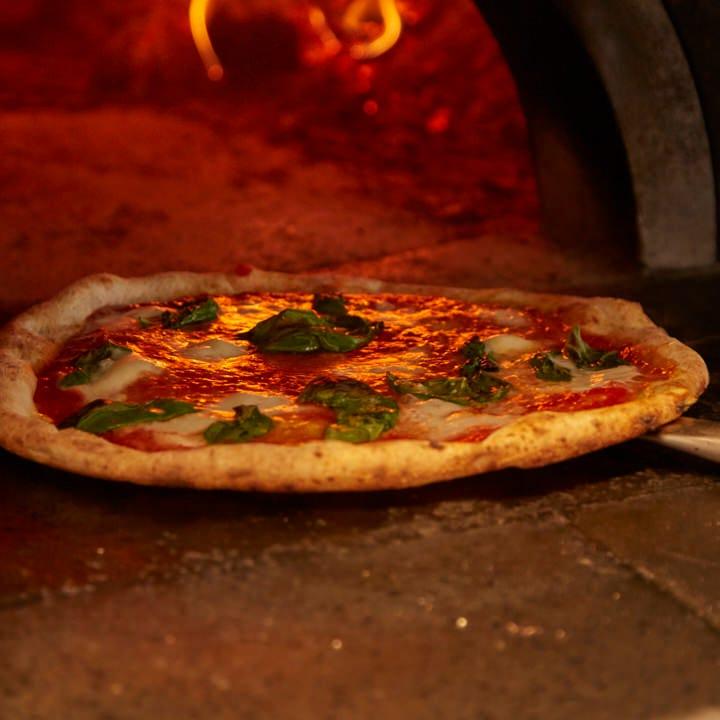約400℃の窯で焼き上げる本格ピッツァは薄生地なのにもちもち♪