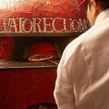 美味しさの理由は、世界No.1の技術と本場ナポリの新窯