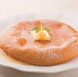 手作りのパンケーキは、ふわふわの生地と甘すぎない大人の味