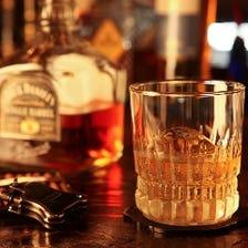 約65種のウイスキーをカウンターで