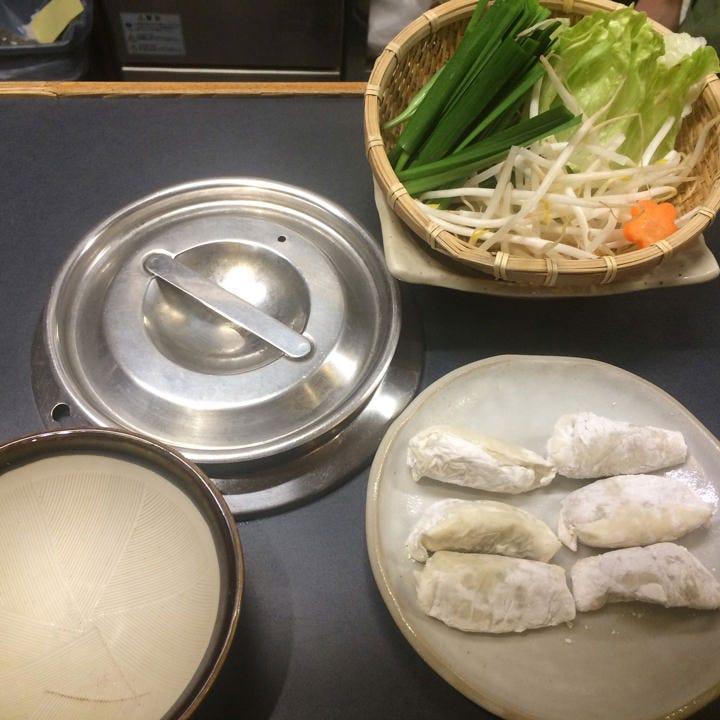 種類豊富な鍋料理に舌鼓