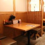 4名のテーブル席。こども用イスもご用意しています。