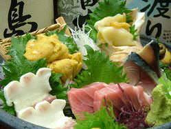 刺身の盛り合わせ4,180円~(税込) 美味しいモノを豪快に!