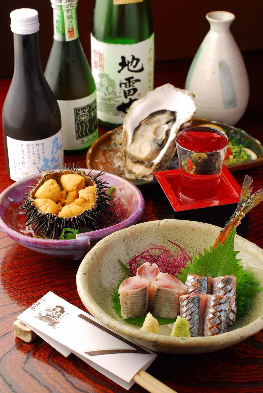 岩牡蠣やがぜうに(殻付きうに)など旬の味覚をご用意しております