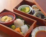 塗りの器に並べられた旬の素材による逸品「玉手箱」。