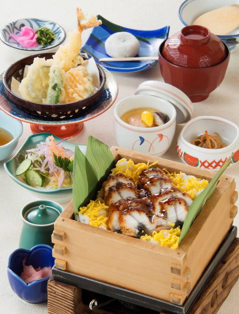 夏限定・せいろで蒸した温かいちらし寿司「うなぎぬく寿司膳」
