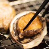 七輪で焼き上げる鮑・蟹や縞ほっけ焼、赤鶏の鉄串など炭火焼き