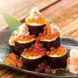 カニといくらのこぼれ巻き寿司