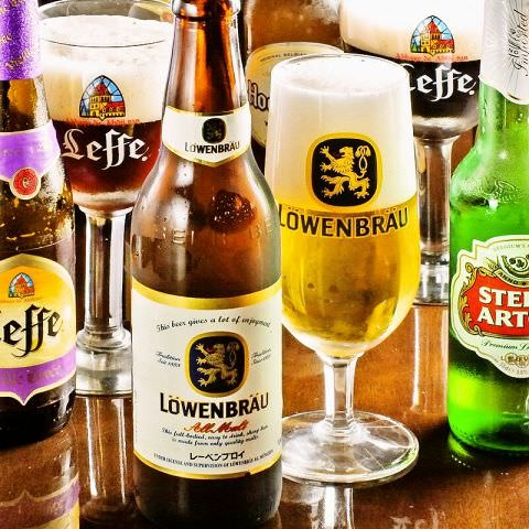 世界のビールの数々!豊富な品揃えからお好きなものを味比べ!