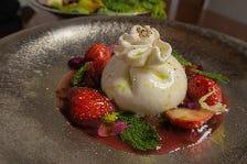 Chee Boさんのブッラータチーズと旬の果物のカプレーゼ ~苺のスープと熟成バルサミコ~