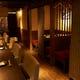 1階は和モダンな作りで、ソファのカウンターと半個室席。