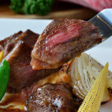 大人気の和牛の炙り、厚切りステーキなど全8品の肉尽くし3500円コース