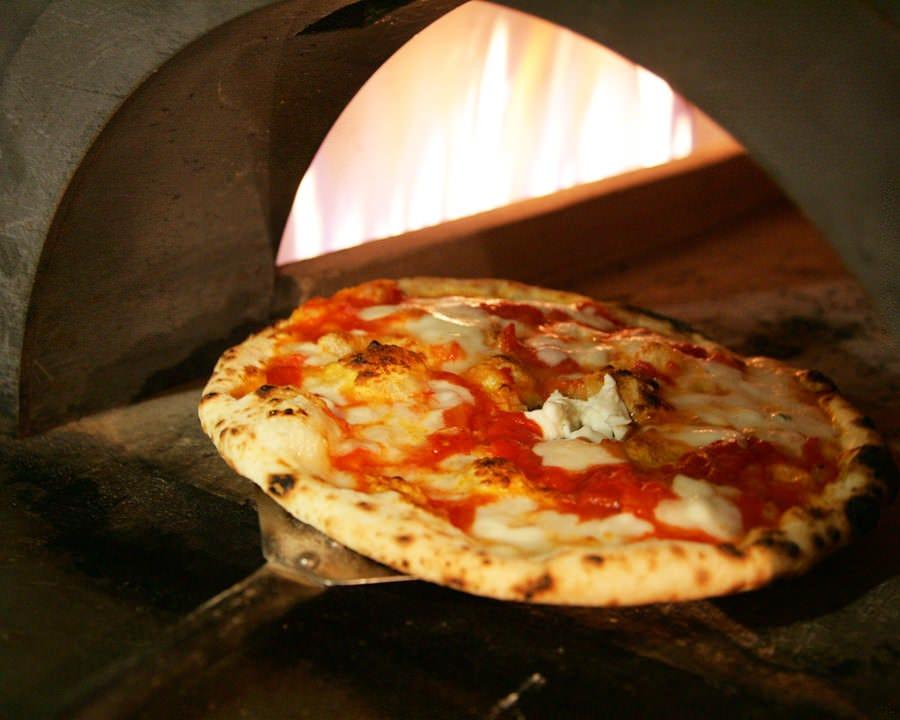 自慢の石窯焼きピッツァ 素材の風味を生かしたピザ