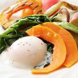 季節の野菜いろいろ 半熟玉子添え