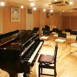 スタジオはピアノ、有線マイク等設備も充実。