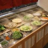 野菜の鮮度を保つ為ミストケースでご提供しております。