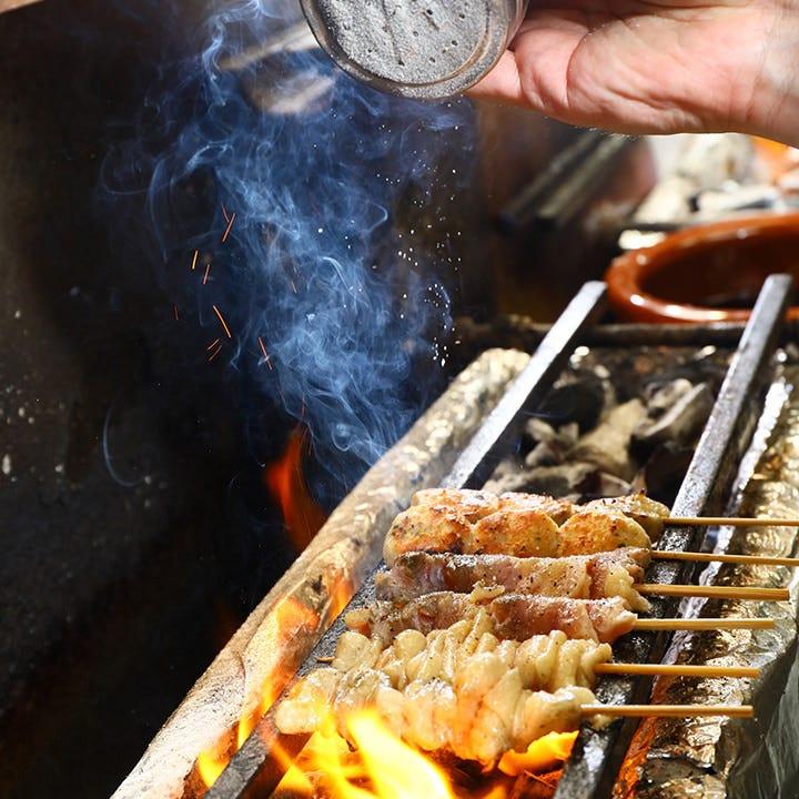 天然備長炭で焼き上げる、新鮮な鶏肉